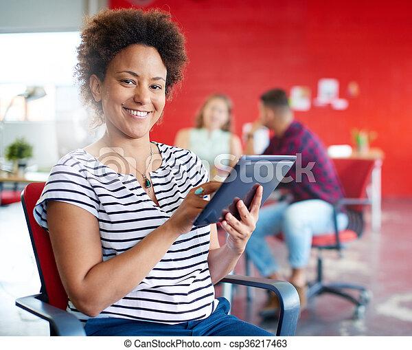 entwerfer, arbeits büro, raum, tablette, kreativ, sicher, weibliche , digital, rotes  - csp36217463