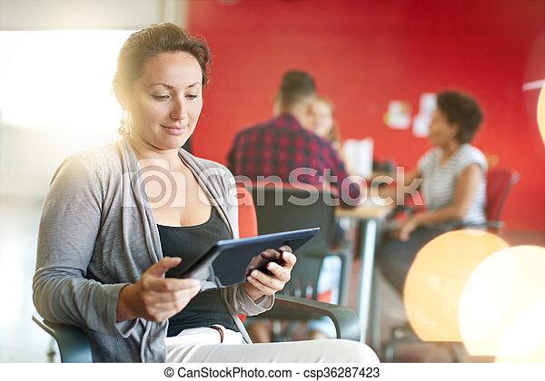 entwerfer, arbeits büro, raum, tablette, kreativ, sicher, weibliche , digital, rotes  - csp36287423