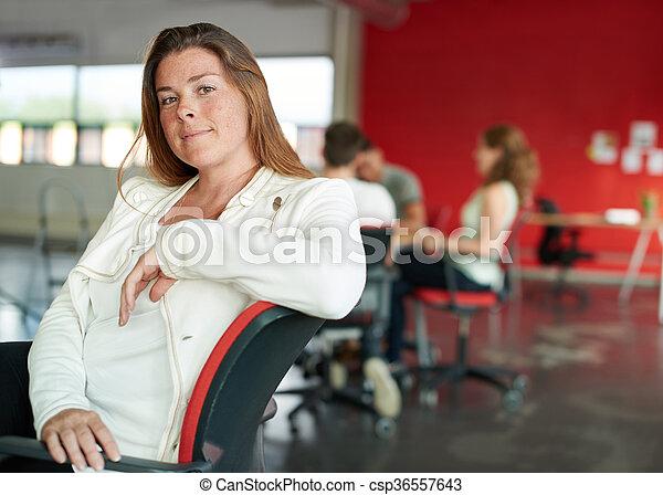 entwerfer, arbeits büro, raum, tablette, kreativ, sicher, weibliche , digital, rotes  - csp36557643