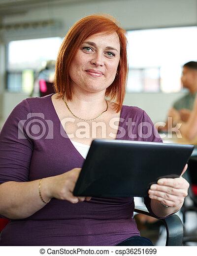 entwerfer, arbeits büro, raum, tablette, kreativ, sicher, weibliche , digital, rotes  - csp36251699