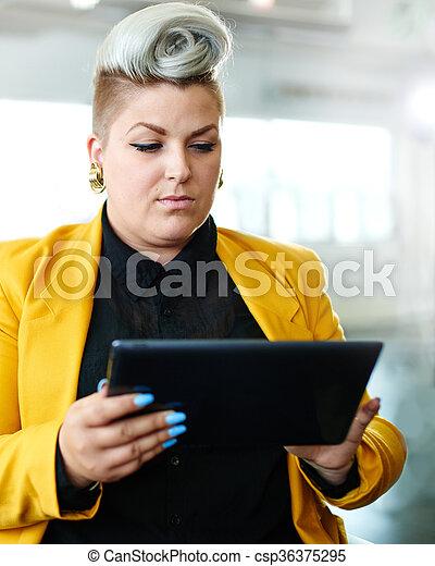 entwerfer, arbeits büro, raum, tablette, nervös, sicher, weibliche , digital, kreativ, rotes  - csp36375295