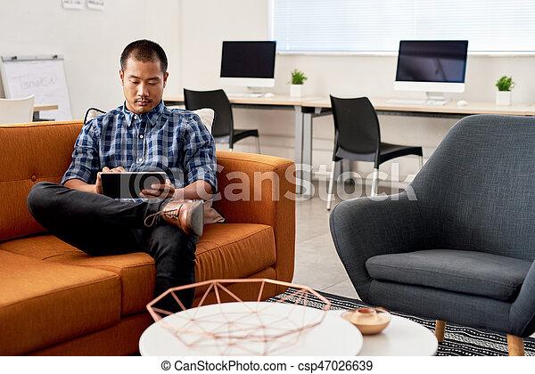 entwerfer, arbeits büro, tablette, junger, asiatisch - csp47026639
