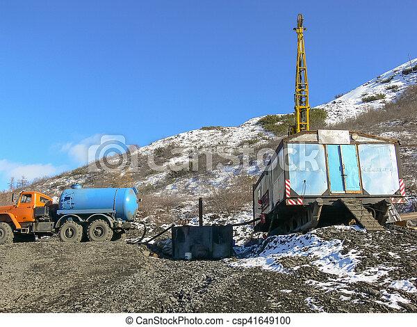 Equipo en lugar de exploración de oro - csp41649100