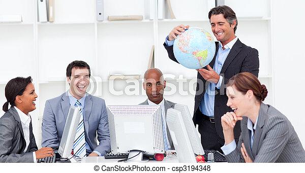Una reunión de un equipo de negocios afortunado sobre la globalización - csp3194348