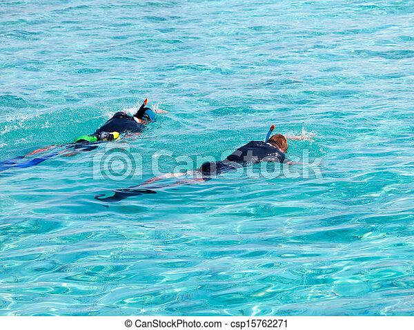 Dos hombres en equipo para bucear en el mar - csp15762271