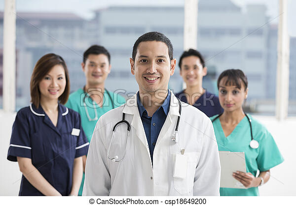 Equipo de personal médico multiétnico - csp18649200