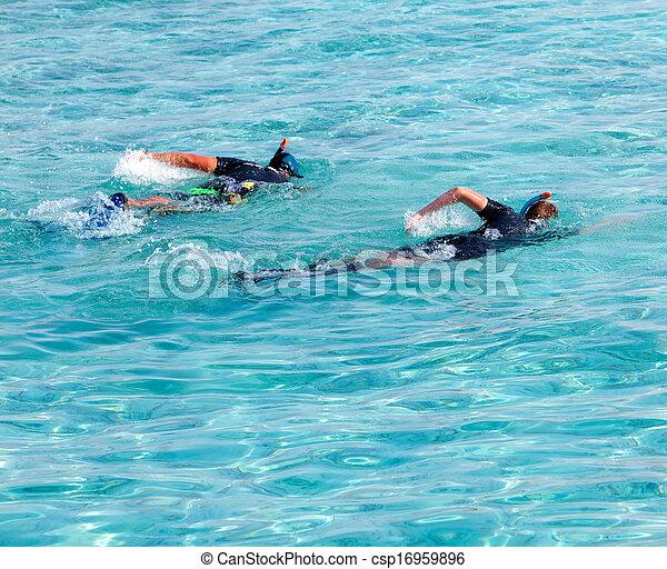 El padre con el hijo en el mar con el equipo para bucear - csp16959896