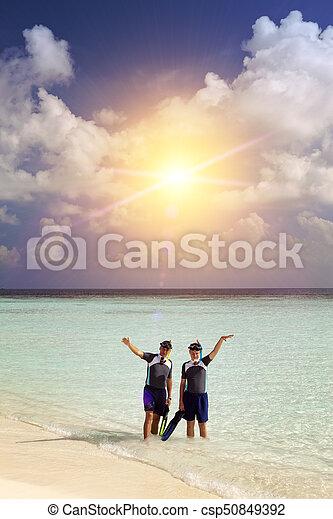 Padre con el hijo en el mar con el equipo para bucear - csp50849392