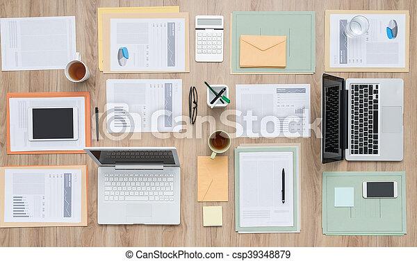 El escritorio del equipo de negocios - csp39348879