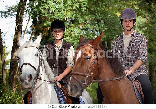 Los jóvenes cabalgan - csp8858544
