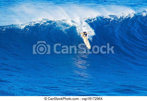 Surfer montando una ola gigante - csp18172964