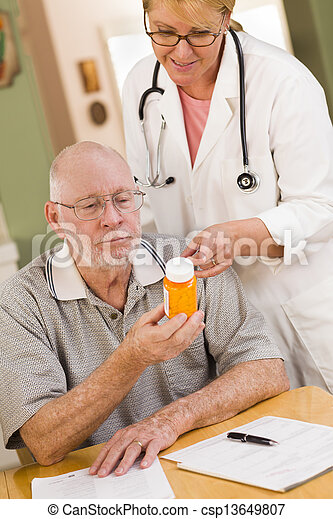 erklären, verordnung, doktor, oder, medizinprodukt, älter, krankenschwester, mann - csp13649807