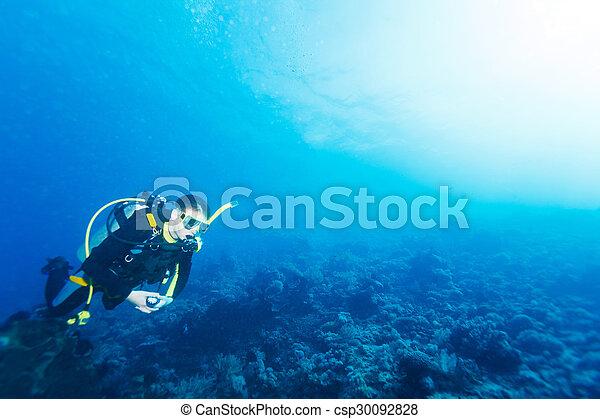 Silueta de buceo cerca del fondo del mar - csp30092828