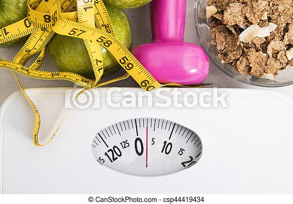 Escamas con cereales, fruta, peso y cinta miden y concepto de dieta y estilo de vida saludable - csp44419434