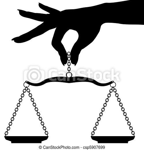 La mano de la persona que sostiene un balance de escala - csp5907699