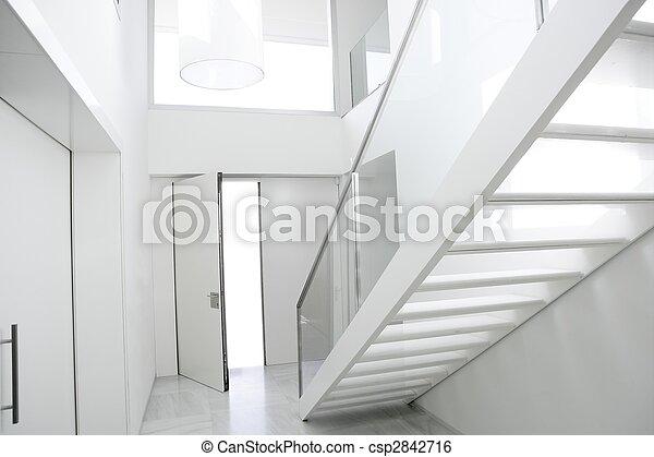 El vestíbulo de arquitectura de la escalera interior blanca - csp2842716