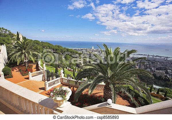 Escalera al mar en jardines - csp8585893
