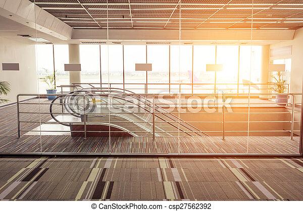 Entrada y escalera mecánica - csp27562392
