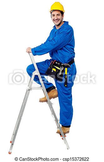 Trabajador de construcción subiendo por la escalera - csp15372622