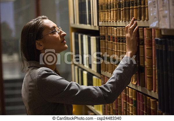 escoger, libro, abogado, biblioteca, ley - csp24483340