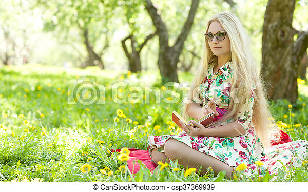 escreve, mulher, diário - csp37369939