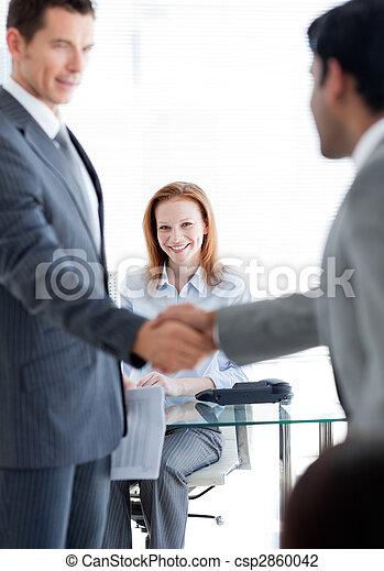 escritório, saudação, trabalho, outro, homens negócios, cada, entrevista, internacional - csp2860042