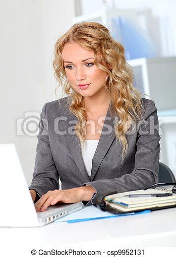 escritório, trabalhando, executiva, computador laptop, retrato - csp9952131
