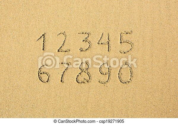 Números escritos en una playa arenosa. - csp19271905