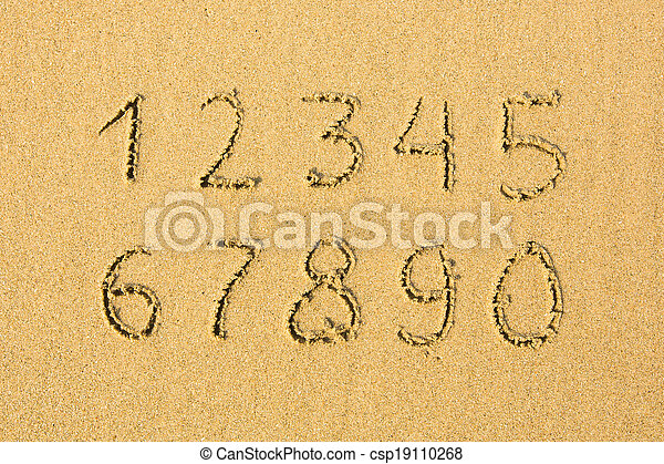 Números escritos en una playa arenosa. - csp19110268