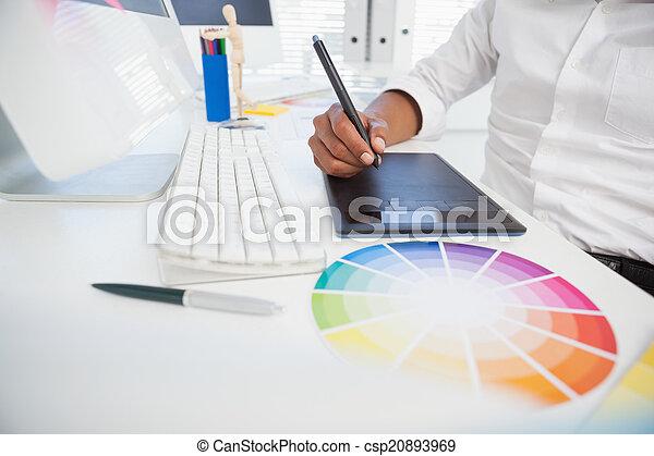Diseñador trabajando en el escritorio usando digitalizador - csp20893969