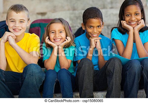 Niños de escuela primaria sentados al aire libre - csp15080065