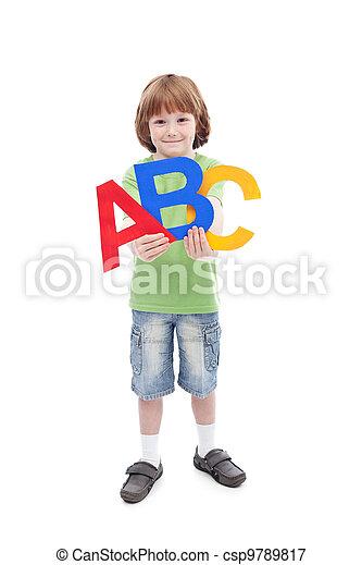 De vuelta al concepto escolar con niños y letras de alfabeto - csp9789817