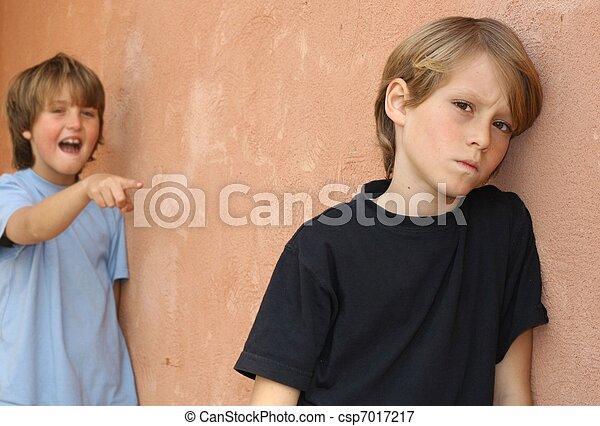 Aburrido de la escuela, abusando de un niño en el patio - csp7017217