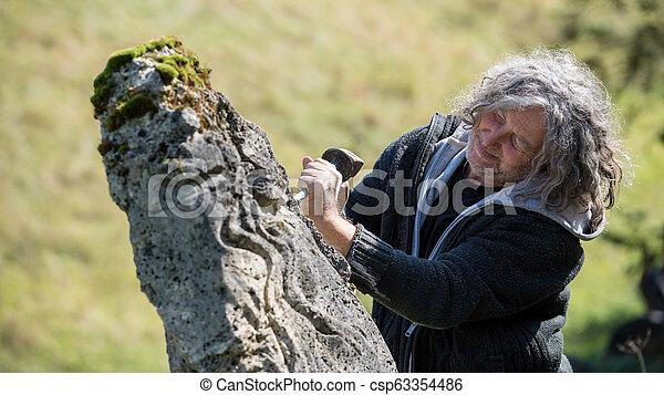 Escultor masculino tallado en piedra - csp63354486