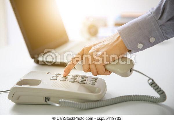 El empresario marca teléfono digital con antecedentes de oficina - csp55419783