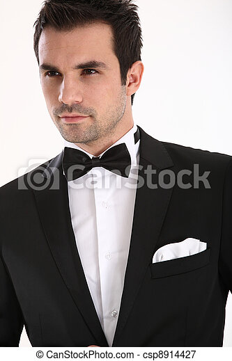 Un hombre guapo con esmoquin - csp8914427