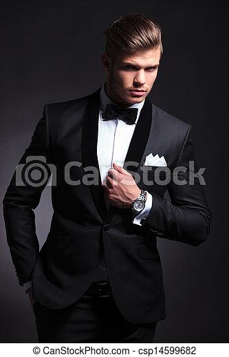 El hombre de negocios posa en esmoquin - csp14599682