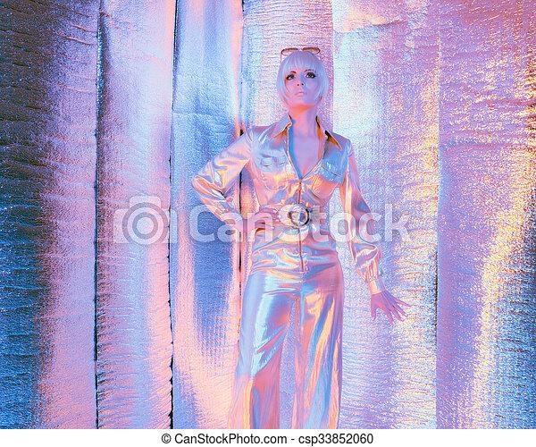 espaço, refletivo, salto, room., mulher, solar, ficar, paleto, sunglasses., desgastar - csp33852060