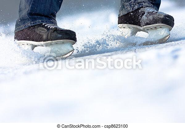 Romper patines de hielo, mucho espacio de copia - csp8623100