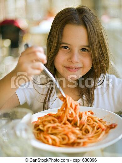 espaguetis, teniendo, niño - csp1630396