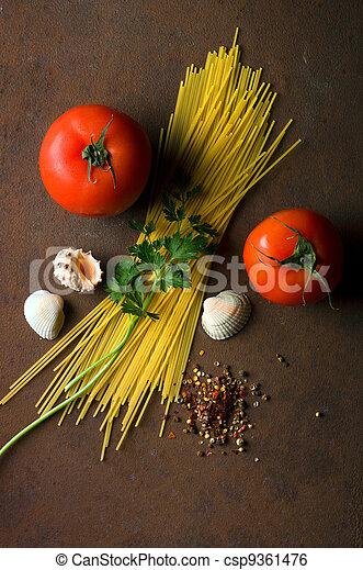 Espagueti y tomates - csp9361476