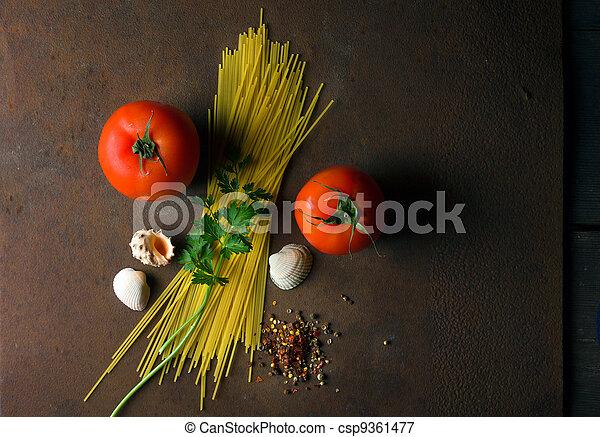 Espagueti y tomates - csp9361477