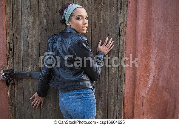 La vista de una mujer sexy mirando a la cámara - csp16604625