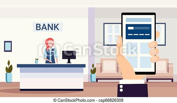 Humano usando a un especialista en solicitudes de teléfono móvil bancario en recepción en el centro de consultas financieras de recepción moderna oficina de interiores horizontal - csp66826308