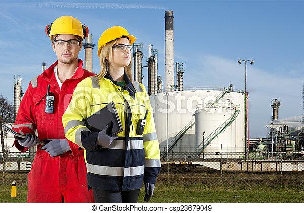 especialistas, producto petroquímico, seguridad - csp23679049