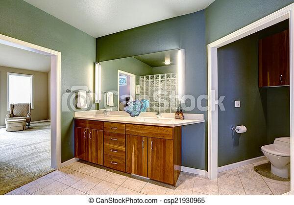 El armario del baño con espejo. El armario del baño de ...