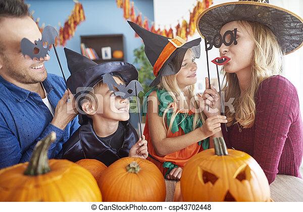 espiègle, halloween, famille, masques - csp43702448