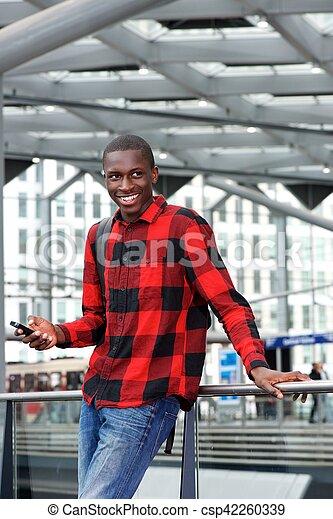 Feliz hombre africano en la estación de tren - csp42260339