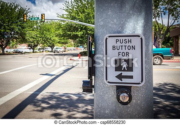 Pulsa el botón para el signo de cruce de caminos en los EE.UU - csp68558230