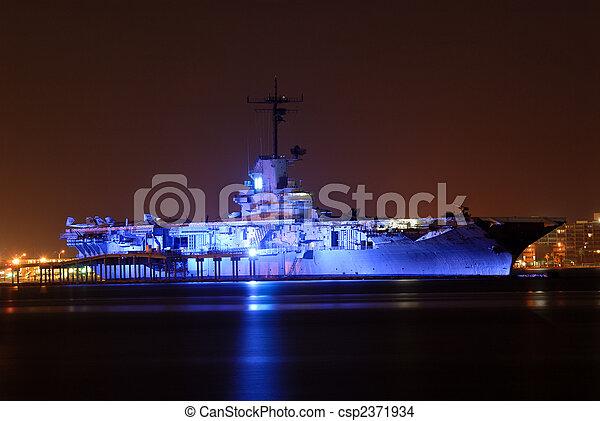 Portaaviones USS Lexington iluminado por la noche, Corpus Christi, TX USA - csp2371934